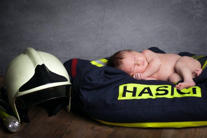 Fotograf newborn s atelierem Most